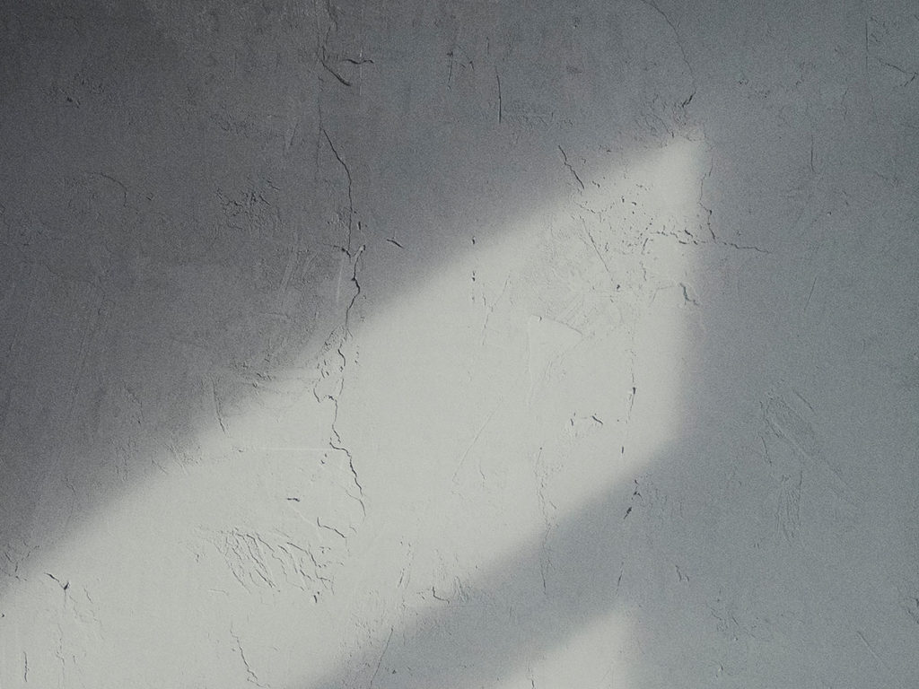 DIY plastering with dirty tools creates rough plaster