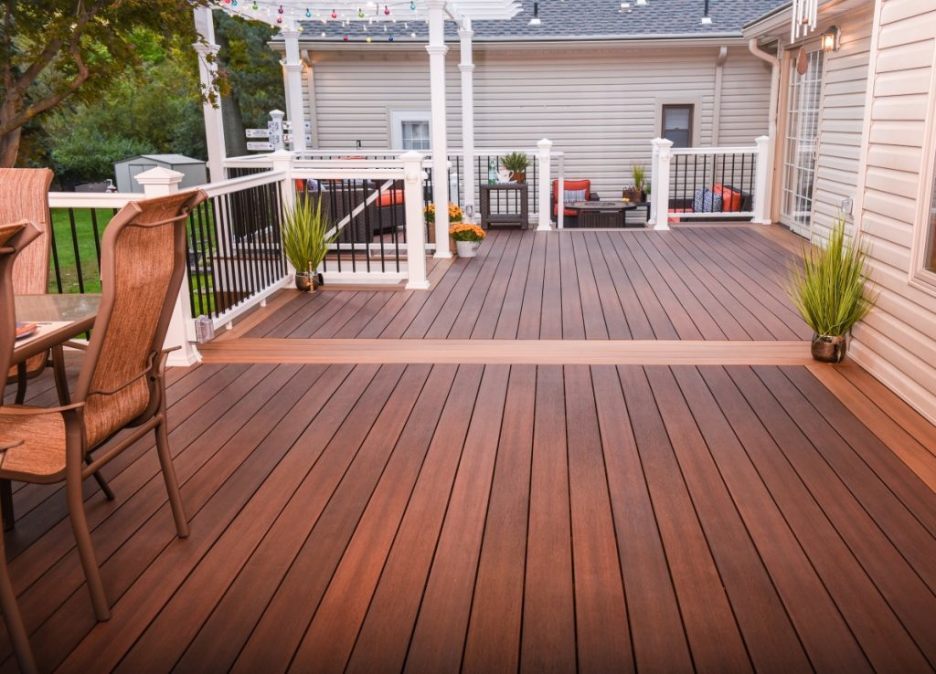 Deck with contrasting colour stain
